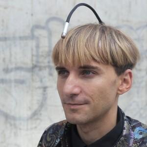 """""""Ascoltare"""" i colori: intervista con il cyborg Neil Harbisson"""