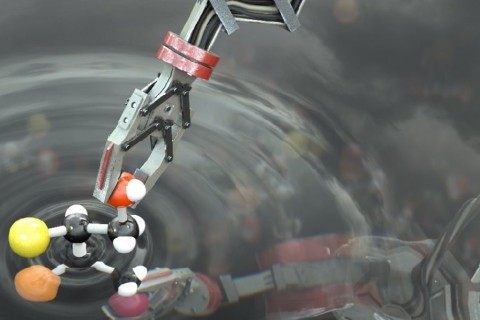 An-artists-impression-of-the-robot-manipulating-a-molecule.-Image-courtesy-of-the-University-of-Manchester.-e1507043117406