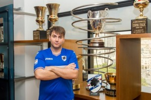 fifa-lonewolf-posa-insieme-ai-trofei-della-sampdoria-il-suo-club-maxw-644